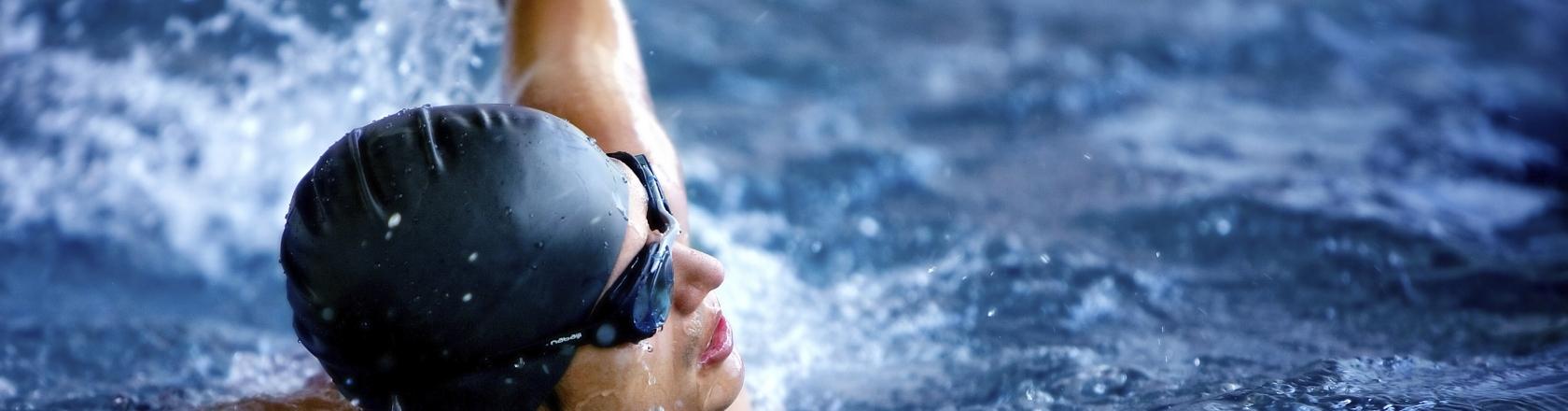 Professional svømmer i en pool med svømmebriller